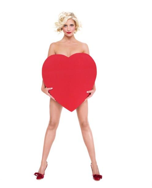 Sarah Michelle Gellar Holding Heart ca. 2004